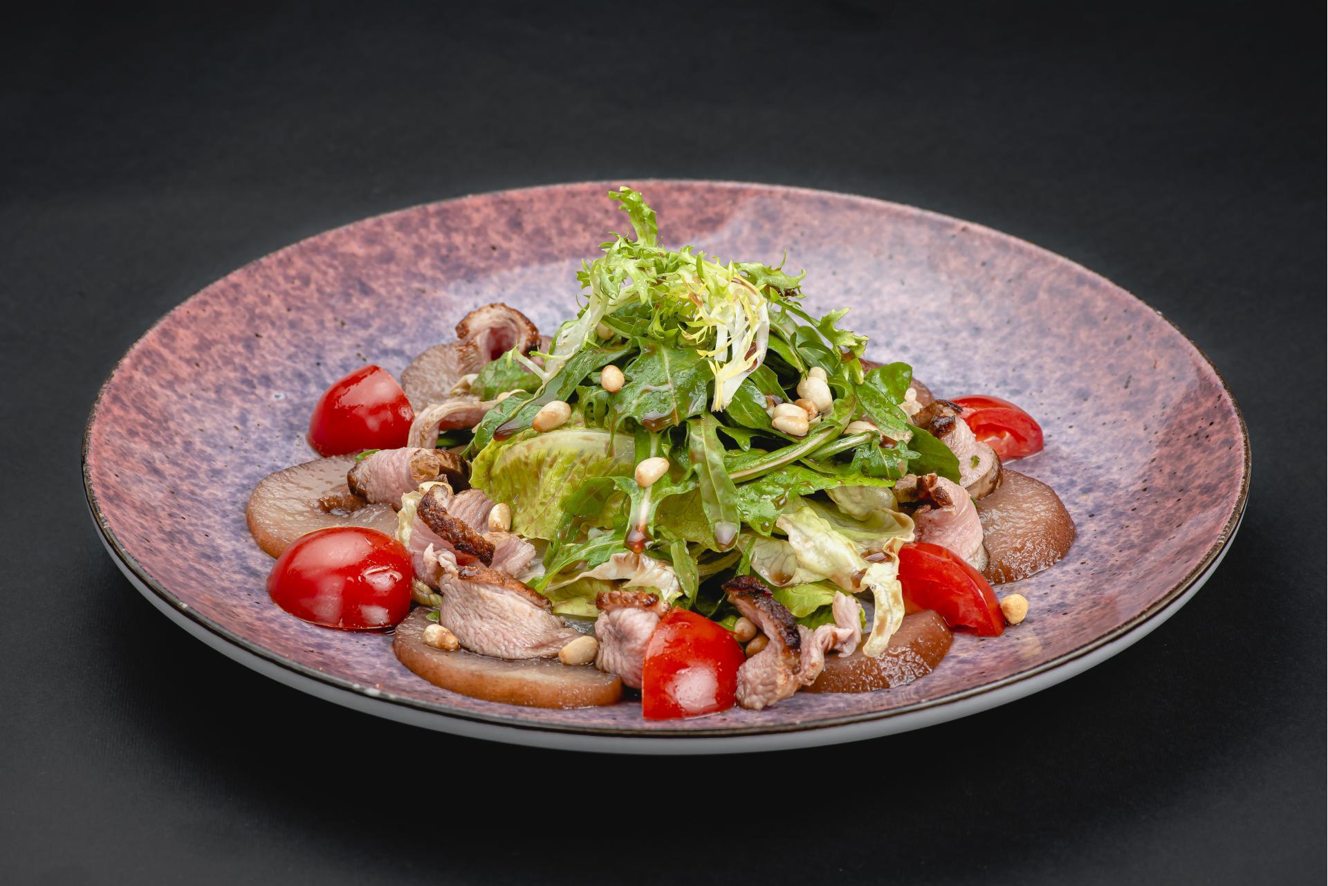 Салат из утиной грудки и грушей
