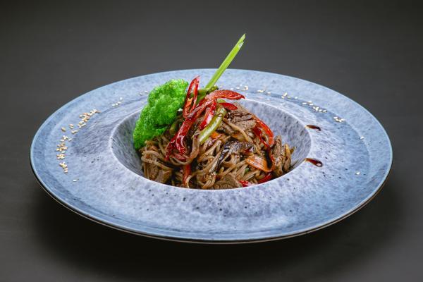 Гречневая лапша с телятиной и овощами