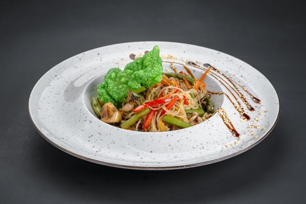 Стеклянная рисовая лапша с креветками кальмаром, мидиями и овощами