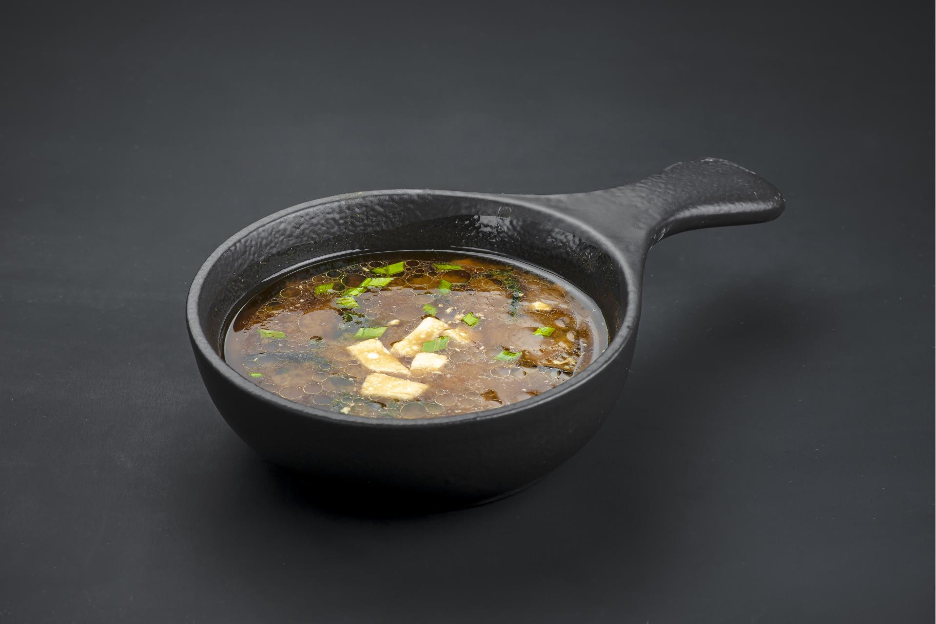 Мисо суп с грибами шиитаке и водорослями вакаме